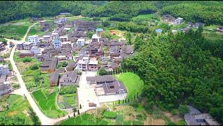 山清水秀的福建龍岩新羅大池鄉秀東村俯瞰圖。黒瓦土墻,草木蔥蘢。
