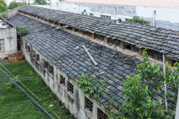 一排排低矮的牢房,只有很小的一扇鐵窗