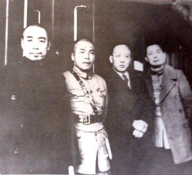 四名國民黨政治部三廳領導人在火車站月台合影