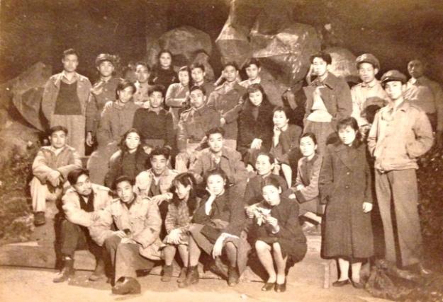 三十餘名年輕男女,組成演劇一隊,在嶙峋山石前合影