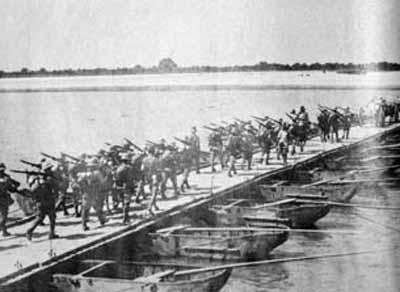 日軍隊伍正在走過水上的浮橋