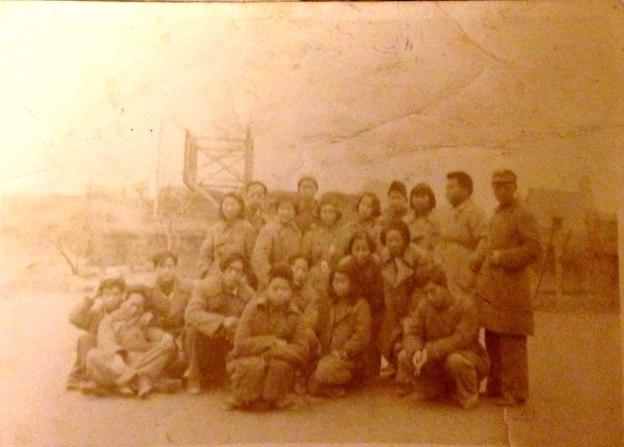 二十餘名年輕男女戰士或站立或席地而坐合影。