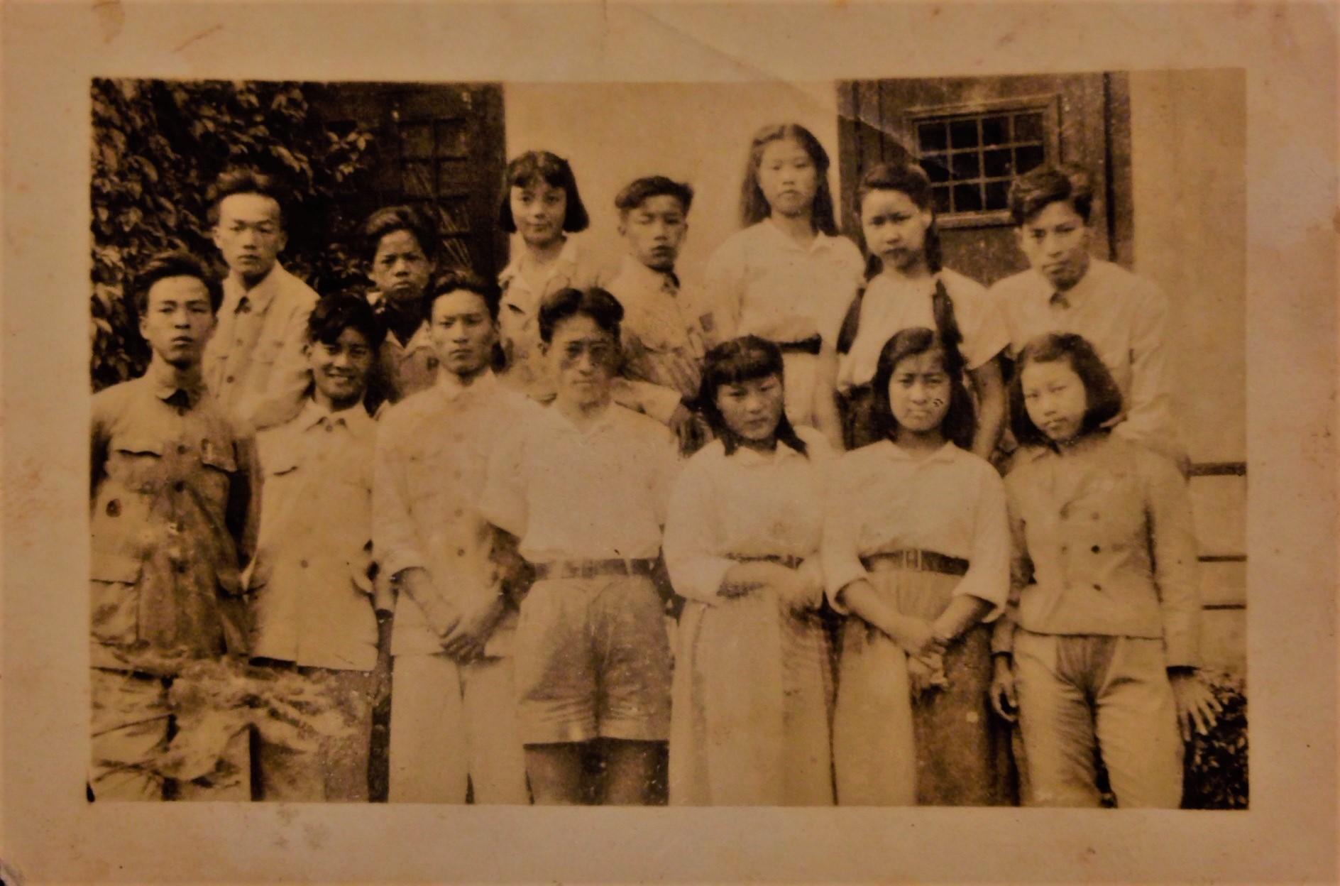 十四名年輕劇宣七隊男女隊員分兩排合影留念。