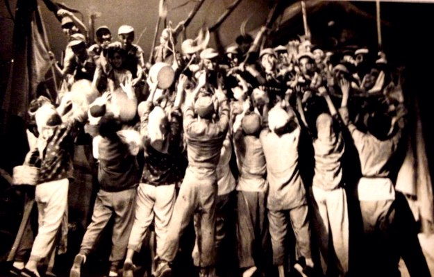 舞台上幾十名農民和軍人情緒高昂,做出團結一致抗戰的造型。