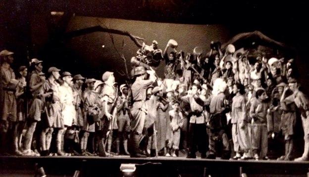 舞台上有幾十名演員,表現軍民敲鑼打鼓慶祝勝利。