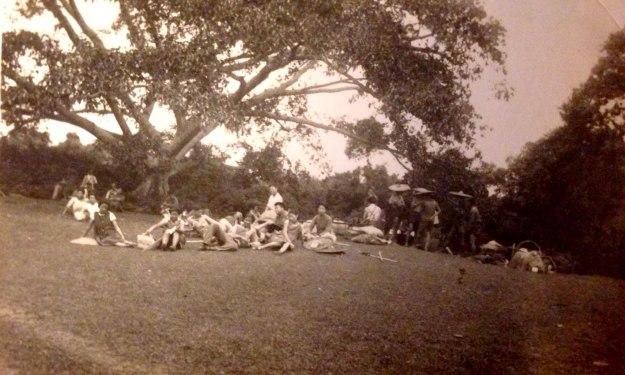 一群青年男女,站立或坐在山坡上休息,十分疲倦。