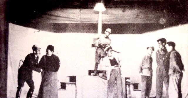 簡陋的話劇舞台上有七名工人、日本兵、漢奸模樣的演員。