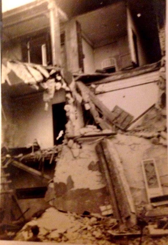 一座小樓被炸塌,只剩斷墻碎磚。