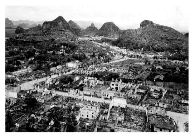 俯瞰桂林被日軍炸成廢墟,全城只剩頹垣敗瓦。