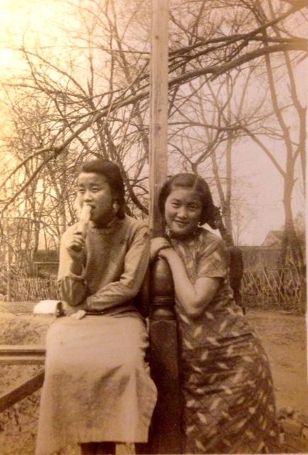 兩名年輕女性,在學校操場相依合影。
