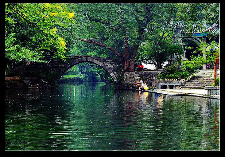 小橋流水,蔥綠濃陰,亭台樓閣
