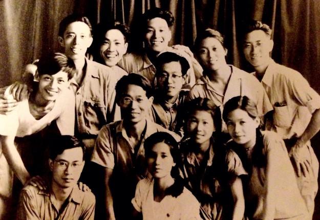十二名年輕的戲劇兵笑容燦爛、青春勃發,合影紀念抗戰勝利。