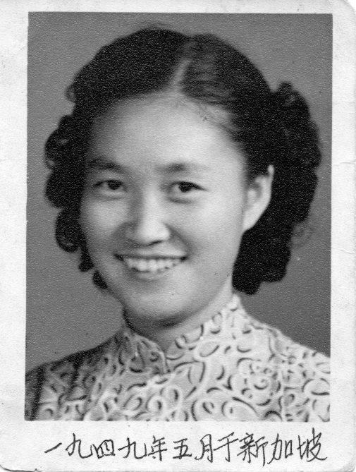 張佩華的證件照,笑容可掬,容姿端麗。