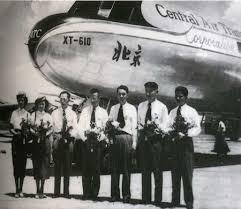 一架飛機,7名機組成員在北京機場上紀念留影