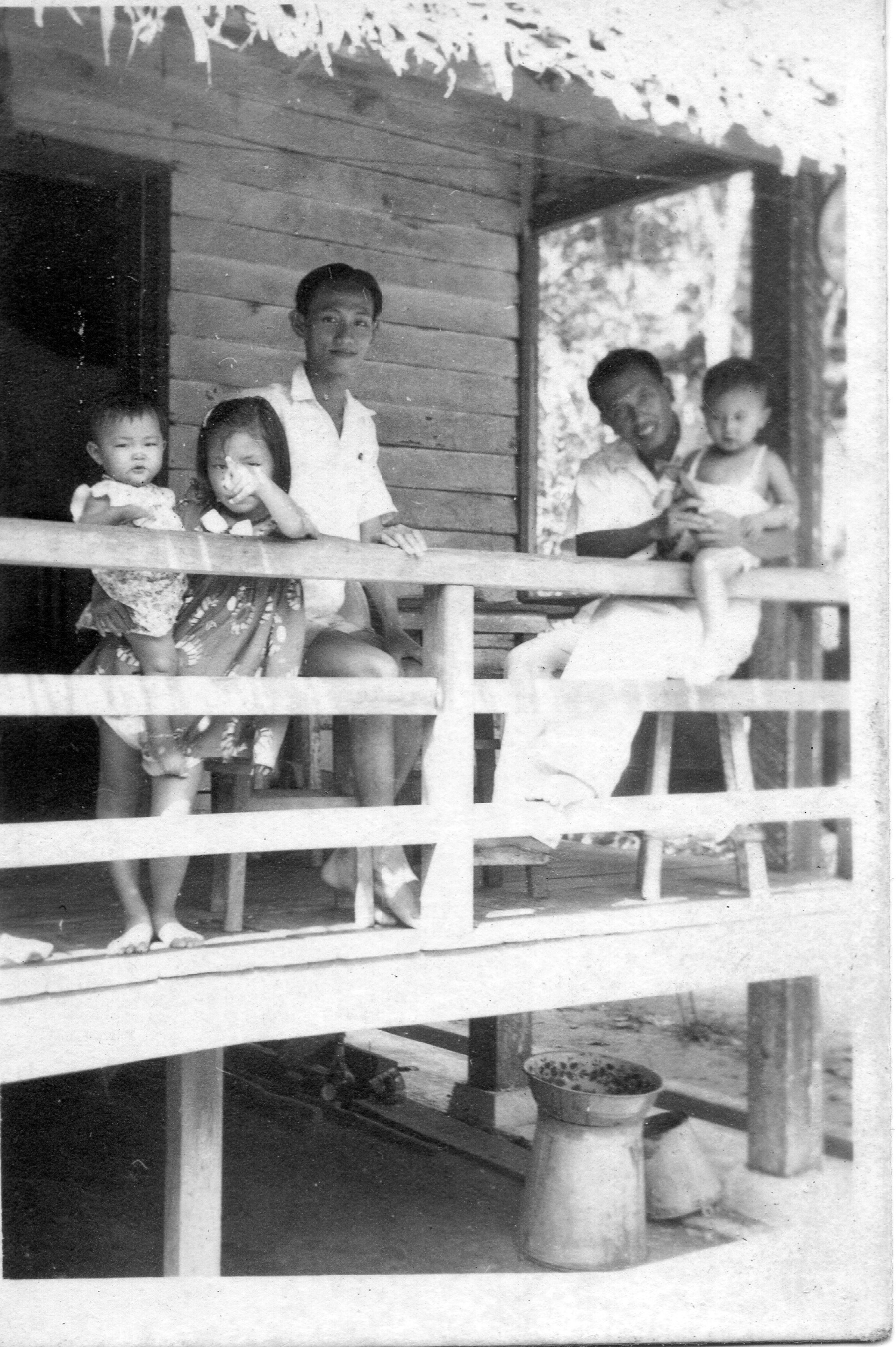 吳荻舟與朋友一起,三個孩子也在一起。