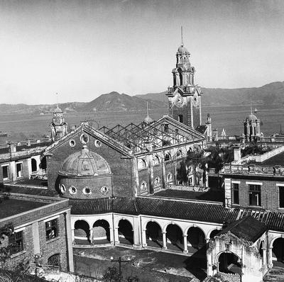 香港大學陸佑堂的屋頂在日佔時期被炸毀,整座禮堂只剩屋頂的三角房梁和四堵墻。