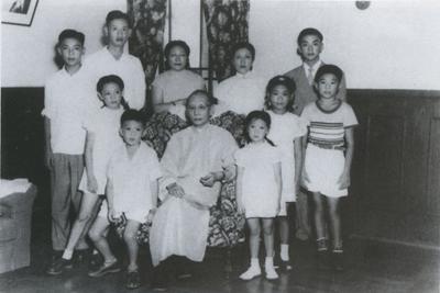 照片上是龍雲和家人11人的合影