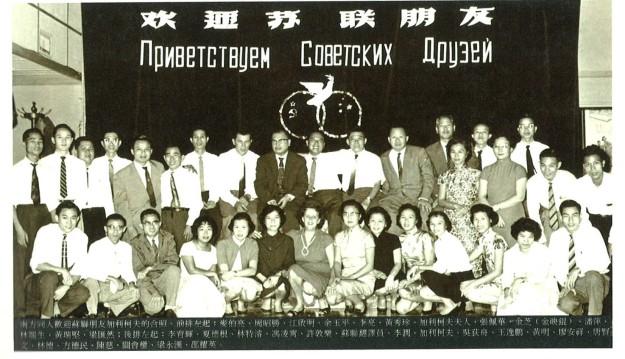 30餘人大合影,蘇聯電影界的加利柯夫夫婦和吳荻舟、張佩華都在其中。