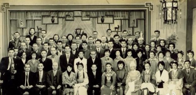 吳荻舟和越劇紅樓夢的演員們合影,這是一幅有四五排人的大合影。
