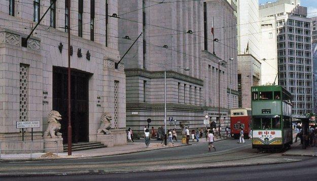 香港中國銀行位於車水馬龍的中環,門口有兩個石獅子。