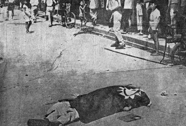 人來人往的馬路上橫躺著一具屍體。