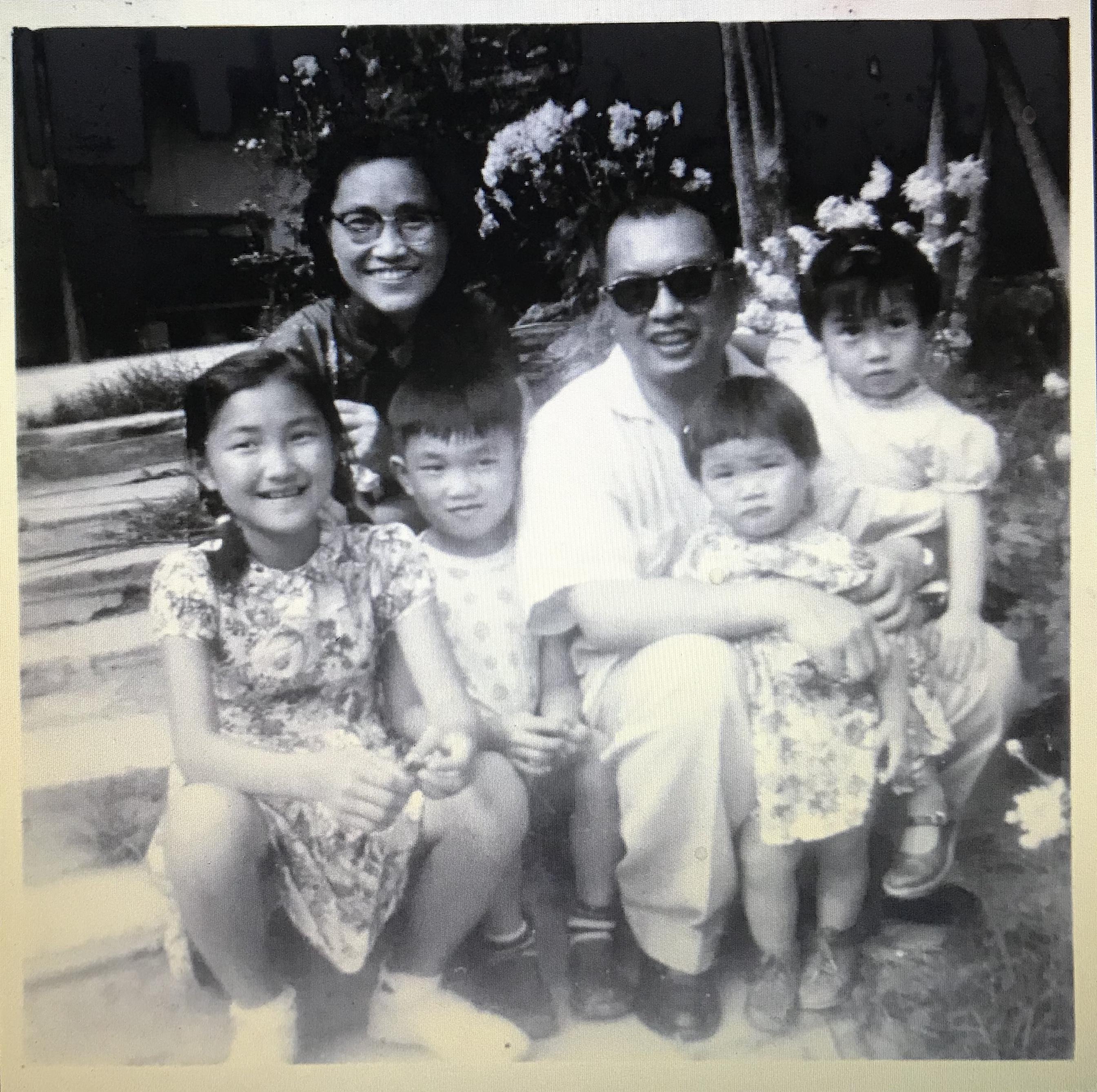 父母和四個孩子合影,三女一男,分別是次男和二、三、四女。