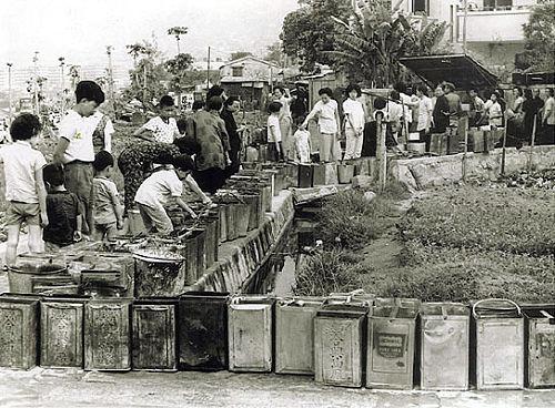 香港旱災期間,市民家家戶戶大桶小桶排隊等候放水