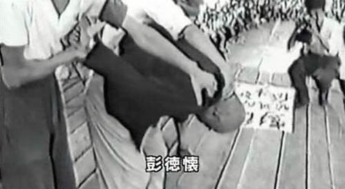 """圖上彭德懷被""""造反派""""把頭向下按,雙手背後撅起。"""