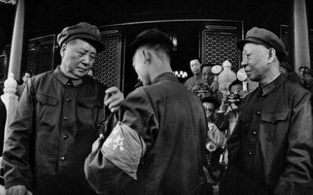 毛澤東主席、劉少奇副主席在天安門城樓上接見紅衛兵