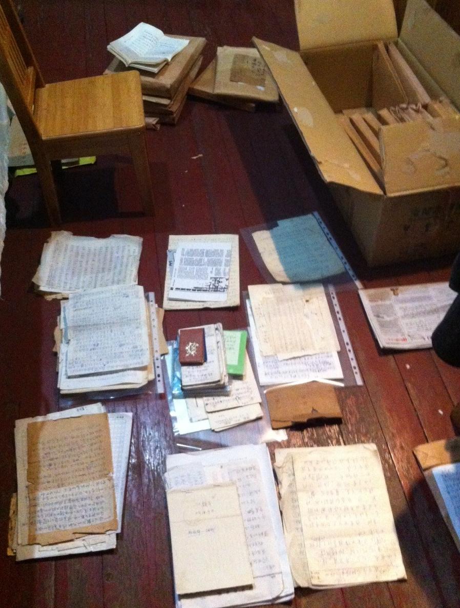 筆者正在整理吳荻舟張佩華留下的書信筆記文獻資料。