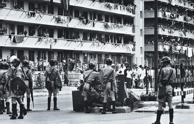 新蒲崗人造膠花廠規模頗大,工人在建築物和街道上和手持槍械盾牌的警方對峙。
