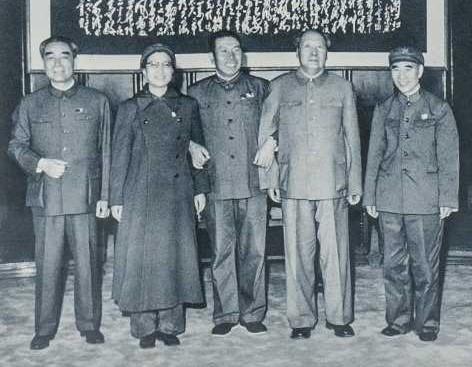 周恩來、江青、姚登山、毛澤東、林彪合影